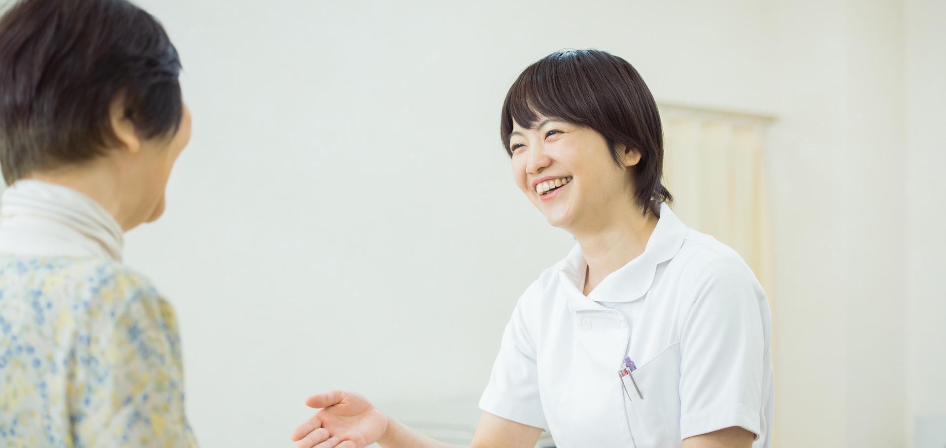 看護婦さんが笑顔でお客様に話している